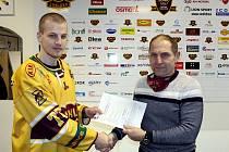Filip Dundáček si potřásl rukou po podpisu smlouvy s jednatelem Dukly Bedřichem Ščerbanem.