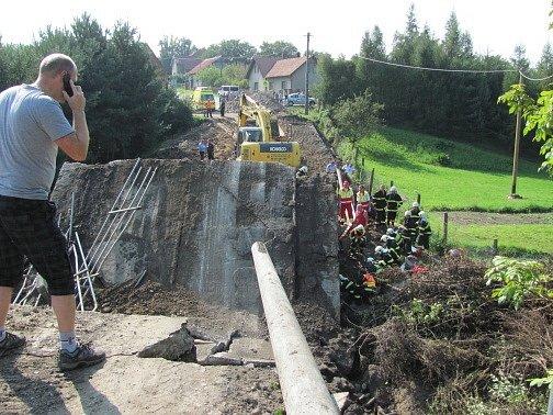 Ve Vilémově se na dělníky zřítil opravovaný silniční most.
