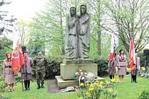 Lidé se sejdou u sousoší s názvem Zaváté šlépěje, které se nachází na ústředním hřbitově v Jihlavě.