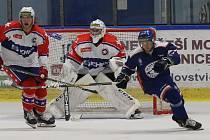 Třebíčští hokejisté (v bílých dresech) hráli v této sezoně jen v Litoměřicích, kde získali bod, a v Prostějově, kde prohráli. Další zápasy tento ani příští víkend nepřidají.