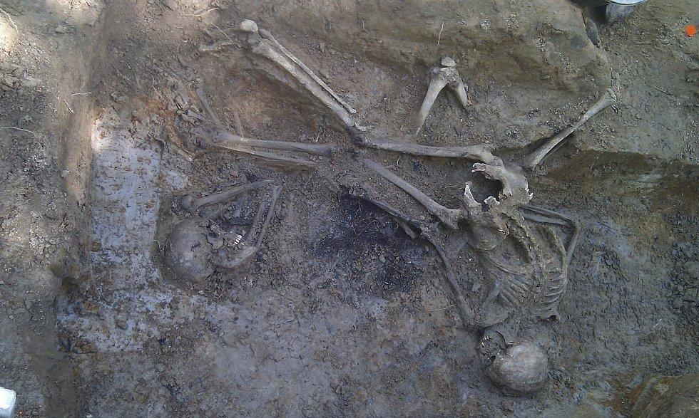 Pohled do hromadného hrobu v lokalitě U Viaduktu.