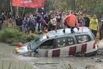 Po lidech skákaly do vody také auta, gejzír vody po jejich dopadu často dosáhl až na diváky.