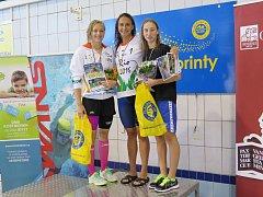 Tereza Horáková (vpravo) si ve velmi kvalitním závodě na 400 m polohově doplavala pro bronz. Z vítězství se radovala reprezentantka Barbora Závadová (uprostřed).