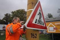 Silničáři mění značky v jihlavské ulici Romana Havelky, tam mají pravidelně nejvíce práce.