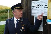 Bývalý nádražák Jiří Holoubek oprášil na dva následující víkendy starou uniformu a jde bavit cestující.