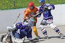 Finálová série mladších dorostenců Jihlavy (ve světlém) a Ústí nad Labem je po víkendu vyrovnaná. Hokejbalisté SK po sobotní prohře srovnali krok výhrou 2:0.