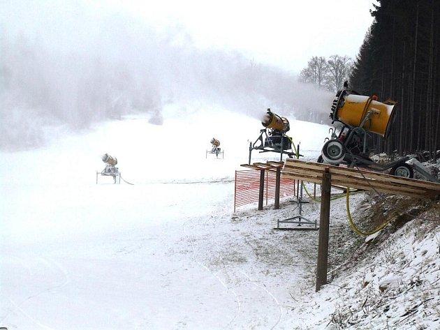 Sněžná děla na sjezdovce Šacberk u Jihlavy už jsou plně v provozu