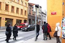 Chodník na Znojemské ulici je příliš úzký.
