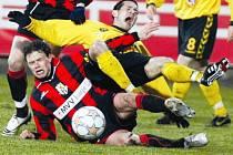Jihlavský záložník Michal Vyskočil (ve žlutém) se představí proti klubu, ze kterého do Jihlavy přišel na hostování.