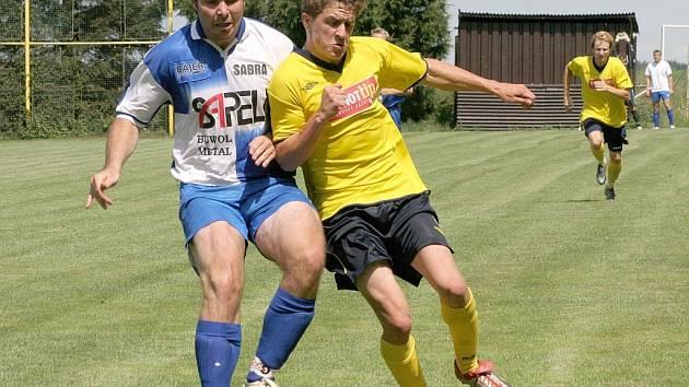 Janovický Tomáš Reiterman (vlevo) se postaral v sobotním derby s Dobronínem o druhý gól, který byl nakonec rozhodující.