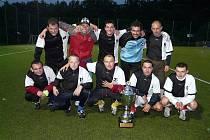 Po třech stříbrných sezonách mohli borci Armagedonu zapózovat s pohárem pro vítězný tým nejvyšší soutěže malé kopané v Jihlavě.   V celé sezoně ztratili pouze tři body, a to hned v úvodním utkání proti Colasu.