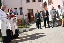 Za účasti polenského děkana Zdeňka Krčka bylo novému domovu pro seniory ve Ždírci požehnáno.