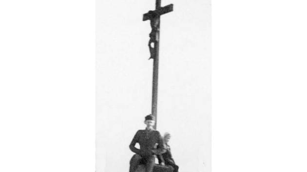 Takto vypadal původní kříž na kopci Větrník.