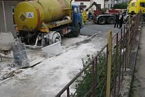 Kyselá odpadní voda vytekla z cisternového vozu, zaparkovaného u sklářského ateliéru v Helenínské ulici v červnu 2010. Hasiči nejdříve místo posypali vápnem, později odtud specializovaná firma odvezla přes sto třicet tun zeminy.