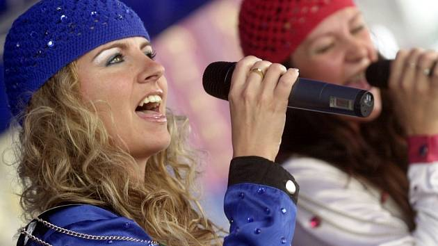 Tereza Slouková (v modrém) zpívá v revivalové skupině Abba Stars.
