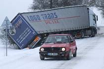 Na silnici č. 407 mezi obcemi Stará a Nová Říše na Jihlavsku havaroval kamion.