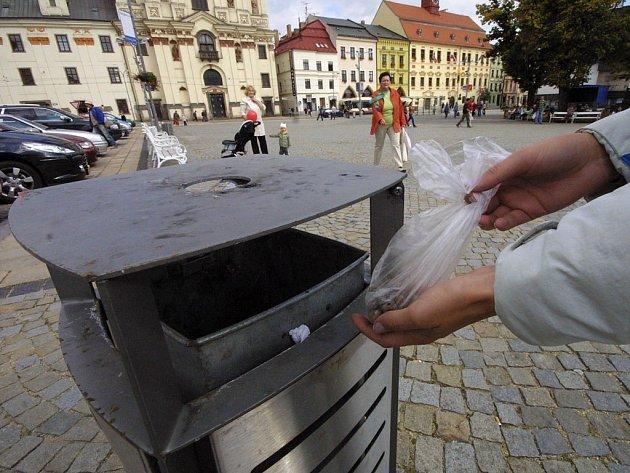 Nový zákon nepovažuje psí exkrementy za nebezpečný odpad, a umožňuje vyhazovat je do běžných odpadních nádob, těch však podle majitelů psů není v lokalitách určených pro venčení dostatek.
