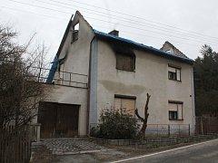 Takto vypadá dům seniorů z Řídelova. V domě manželé topí, aby vysušili mokré zdi.