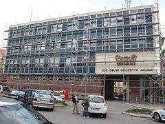 Budova, kde sídlilo kožedělné družstvo Snaha, se pod lešením mění na moderní Office park.