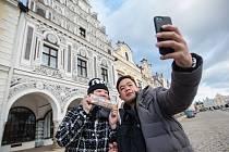 Turisté na náměstí Zachariáše z Hradce v Telči.