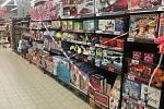 Před rozvolněním bylo dětské zboží zapáskované, teď už si lidé budou moci nakoupit i v tomto regálu.