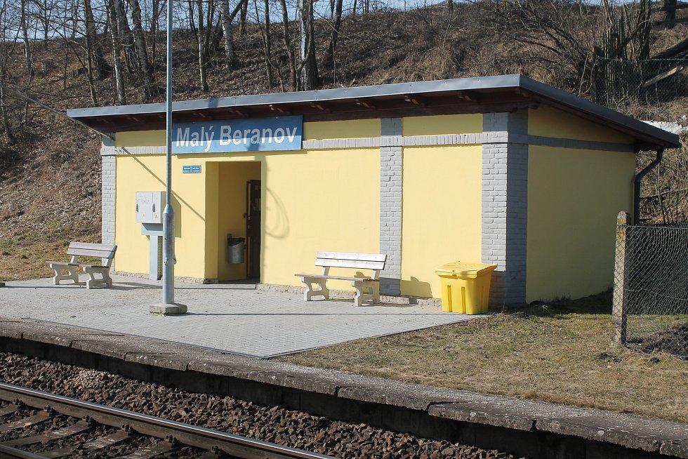 Zastávka v Malém Beranově je krásná, ale pro místní obtížně přístupná.