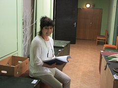 Se scénářem.  Ivana Kučerová zná některé hry nebo jejich pasáže nazpaměť. Dělá v Horáckém divadle v Jihlavě nápovědku. Když hercům vypadne text, je jejich první záchranou.