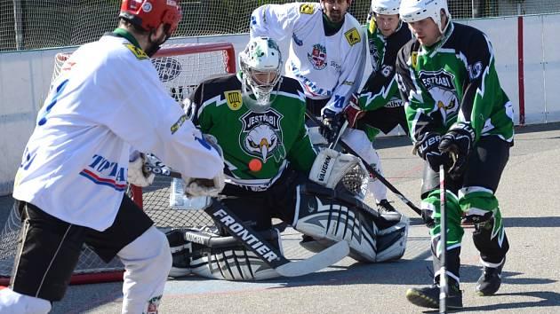Jdou dál. Jihlavští hokejbalisté (v bílých dresech) přistříhli přeloučským jestřábům křídla i na domácím hřišti, kde po výhře 4:1 zaslouženě slavili postup do semifinále.