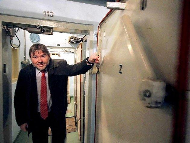 Dvě patra areálu S-7 jsou zabudovaná v podzemí. Dveře na jedné z mnoha chodeb otevírá Tomáš Homola, ředitel zařízení služeb pro ministerstvo vnitra.