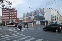 V ranní špičce vzniká na přechodu pro chodce u budovy jihlavského Sokola dlouhý lidský had, který ochromuje dopravu v Tolstého ulici. Proto bude osazen semafory.