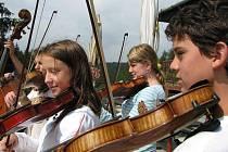 Dvoutýdenní soustředění čtyřiceti dětí z folklorních souborů Pramínek, Šípek a Vrabčátka a dvaceti malých chorvatskcýh tanečníků a zpěváků s dětmi ze světelského Škubánku.