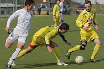 Starším dorostencům FC Vysočina (ve žlutém) závěr soutěže vyšel na výbornou. Na hřišti pražských Bohemians 1905 vyhrála Jihlava 2:1.