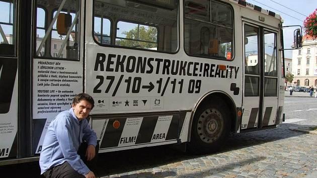 Od středy jihlavské ulice brázdí trolejbus, který lidi láká na letošní ročník MFDF Jihlava