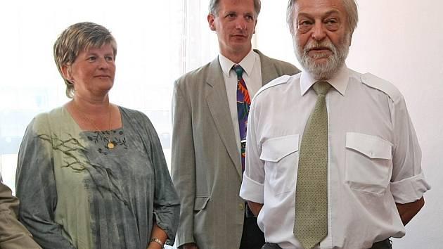 Iva Kondýsková (vlevo). Předseda hospicu Vojtěch Zikmund – uprostřed.