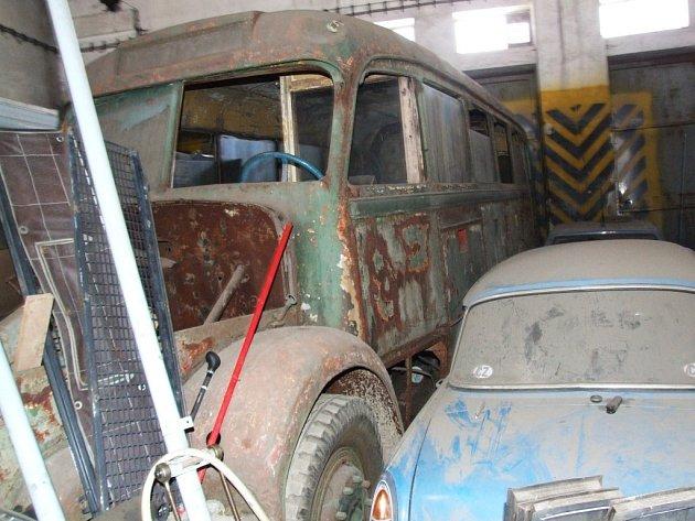 Rezavějící krasavec. Blíží se rok 2009 a výročí 100 let od založení dopravního podniku. Podaří se vůz opravit?