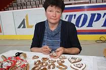 Eva Řezníčková (na snímku) se pečení medových perníčků věnuje už pětatřicet let. Perníkářkou byla i její babička.
