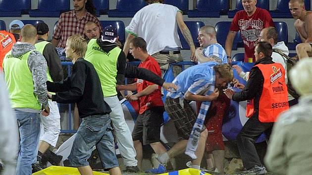 Při středečním finálovém zápase Olomouce s Mladou Boleslaví na jihlavském fotbalovém stadionu došlo k hromadným bitkám a výtržnostem.