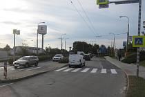Žena přecházela silnici na vyznačeném přechodu, kde ji srazil osobní automobil.