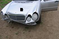 Řidič Mercedesu Benz nezvládl zatáčku.
