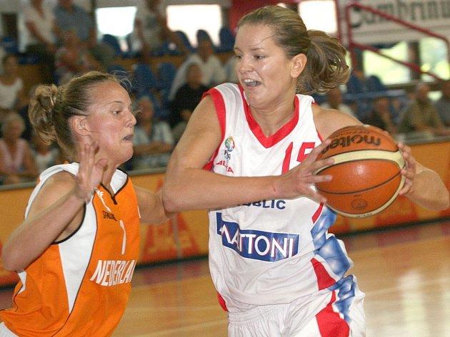 Žďárské odchovankyni Evě Vítečkové (vpravo) se na mistrovství Evropy v Itálii daří. Po úvodních dvou fázích turnaje je s 95 body nejlepší střelkyní českého výběru.
