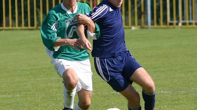 Fotbalisté Třebíče (v modrém Michal Křivánek) remizovali včera na domácím hřišti s Rousínovem.