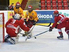 Jihlavské hokejisty (ve žlutém) čeká v nejbližších dnech spoustu přípravných duelů. Junioři mají na programu devět zápasů, starší dorost osm.