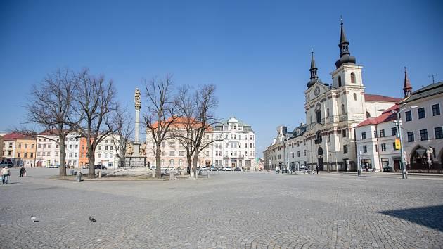 Masarykovo náměstí v Jihlavě - srovnání místa před a po při omezení pohybu z důvodu šíření koronaviru.