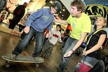 Jihlavský klub Kite-Park zorganizoval v centru City Park propagační akci rozvíjejícího se sportu kiteboarding, jenž má ambice stát se olympijským sportem. Na snímku předseda ČKF Vítězslav Adamíček (v zeleném triku) podává instrukce k jízdě na surf skatu.