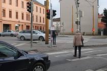 Lidé nový semafor kritizují, instalovanán byl nejen kvůli vzniku nové autobusové zastávky v lokalitě. Foto: Deník/Martin Singr