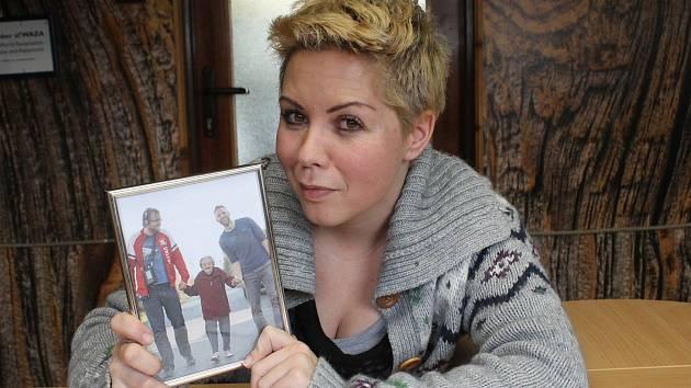 Olga Štrejbarová s oblíbenou fotkou z obálky knihy. Na ni je moderátor Jiří Chum s babičkou Zdeničkou, kterou vzal na výlet do rodného města.
