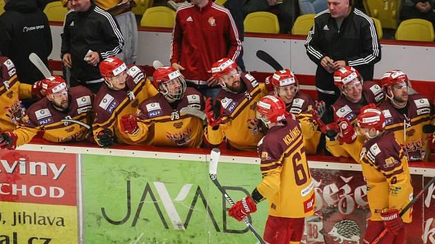 Svým svěřencům nemá trenér Petr Vlk (za hráči první zprava) za minulou sezonu co vytknout.