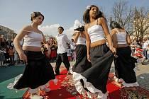 Týden romské kultury vždy představuje i romský folklor. Takto se tančilo v centru Jihlavy 8. dubna 2009.