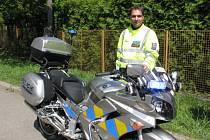 Policista Tomáš Procházka se svým služebním motocyklem