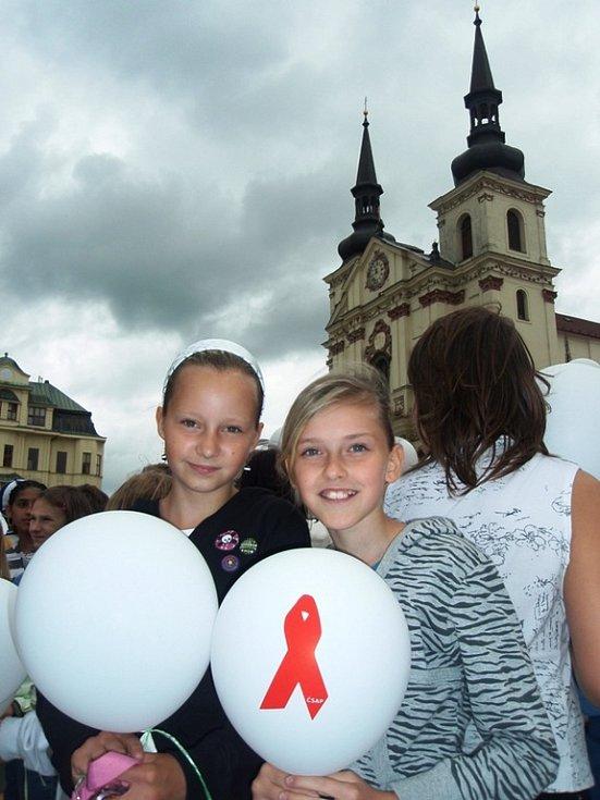 V rámci celosvětové vzpomínkové akce za oběti AIDS vypustily děti v Jihlavě do vzduchu asi 1390 balonků.